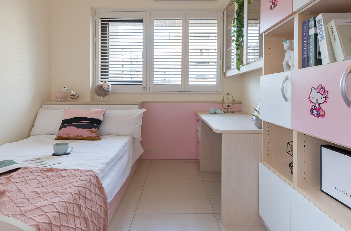 以拉瓦爾橡木與白色締造清雅明亮的空間基調,木質靜謐溫潤的質感烘托出屋主優雅品味
